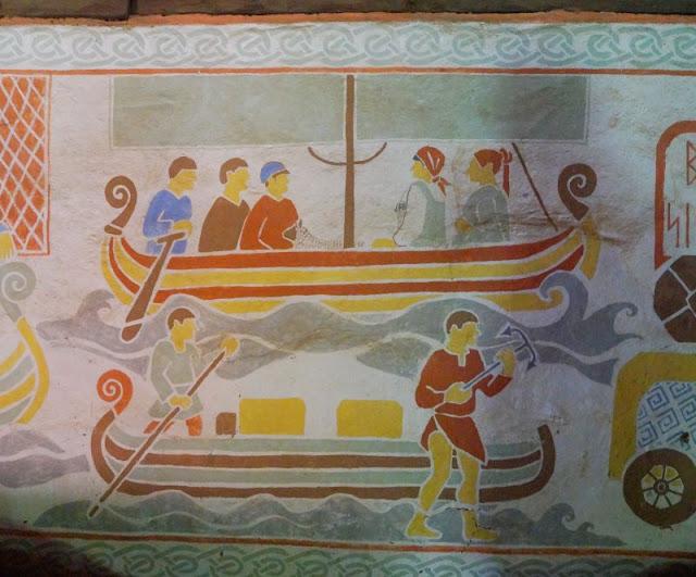 Erlebt die Wikinger! Unser Tag im Ribe VikingeCenter. Wikinger Thinghaus in Dänemark mit Wandmalerei und Runen