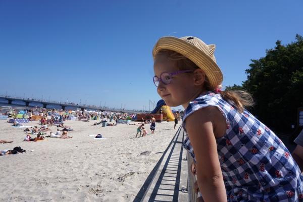 Zosia w kapeluszu i okularach w Kołobrzegu
