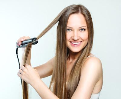 mulher alisando o cabelo