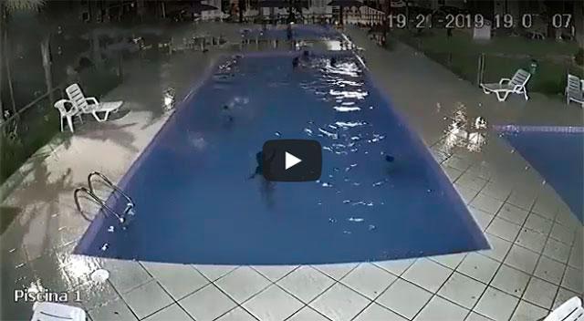 http://obutecodanet.ig.com.br/index.php/2019/01/25/nunca-deixe-uma-crianca-pequena-sozinha-perto-de-uma-piscina/