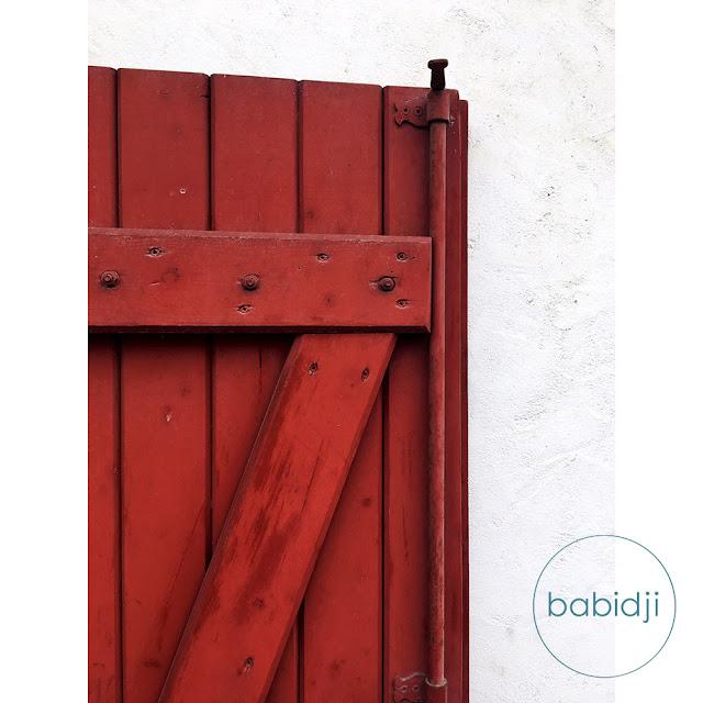 volet rouge d'une maison basque à Espelette