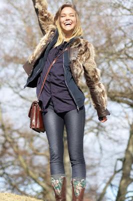 Liza Berrgren pakai jins ketat model cantik ini memang manis