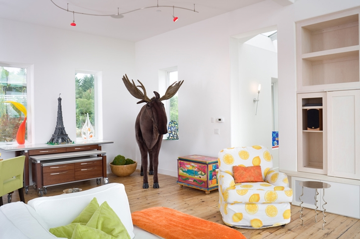 Moos statue in the living room of Contemporary style home in Oregon by Eric Schnell