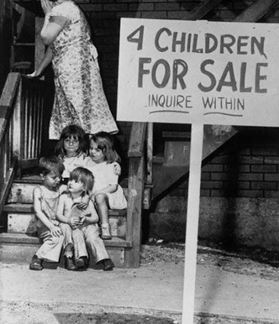 Niños en Venta, foto tomada en al año 1948. Fotos insólitas que se han tomado. Fotos curiosas.