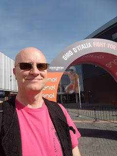 live caricaturist Hugo Freutel in Giro d'Italia kleur Roze en zonnebril
