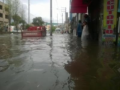 Tarde demais: a Avenida Urrazaga em Arequipa está intransitável, devido às fortes chuvas.