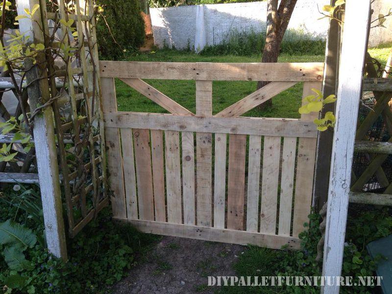esta puerta la ha realizado william jd para separar su jardn de un pequeo huerto toda la puerta la ha construido gracias a las tablas de los palets
