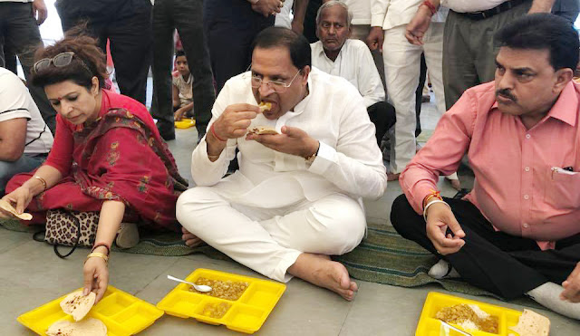 Haryana Cabinet Minister Vipul Goyal sat down on the ground with the food