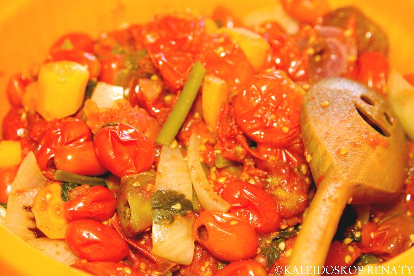 Ugotowane warzywa na sycylijski sos pomidorowy