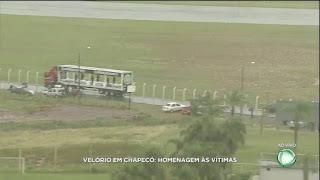 Debaixo de chuva, cortejo sai do aeroporto em direção à Arena Condá