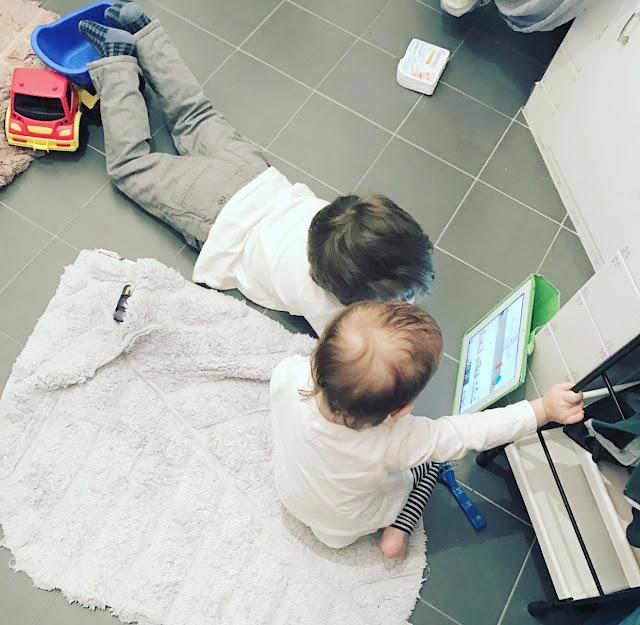 bambini che usano il tablet
