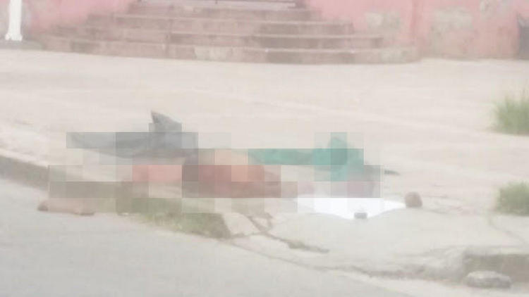 Fotos: Sicarios del CJNG dejan sujeto descuartizado al frente de una iglesia en Guanajuato.