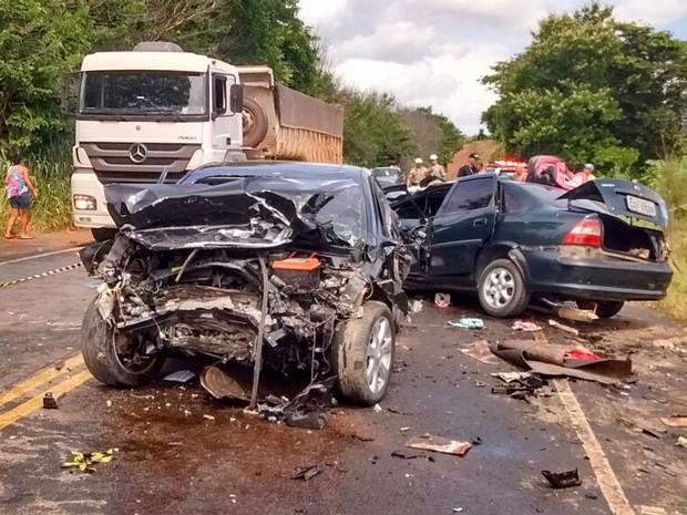 Um grave acidente deixa morto e feridos perto de Astolfo Dutra, MG