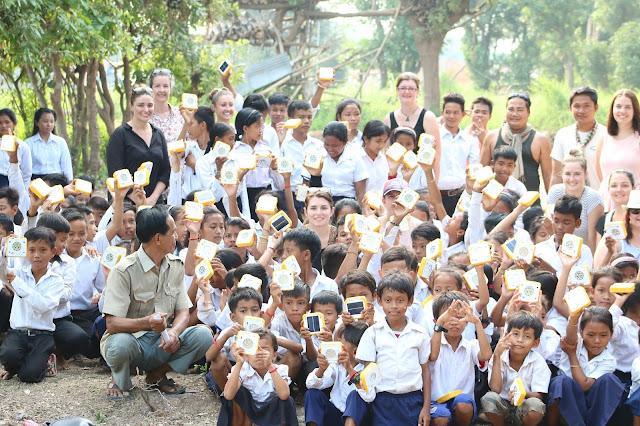 ការចែកជូនពិលសូឡាជាលើកទីពីរសម្រាប់សិស្សានុសិស្សនៅភូមិព្រែកទាល់ - our second time of distribution charity solar lights to students in Prek Toal village