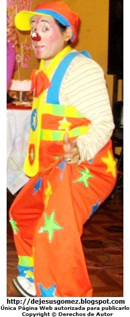 Foto de un payaso con vestimenta colorida por Jesus Gómez