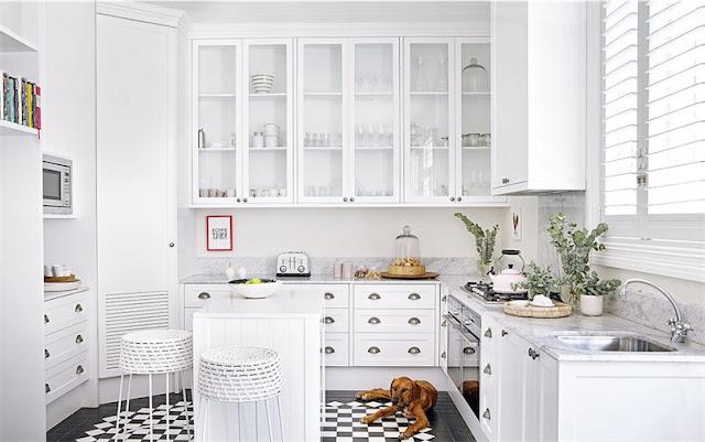 cocina blanca con suelo a cuadros en blanco y negro chicanddeco