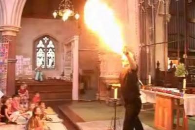 Sacerdote explicando el Pentecostés con fuego