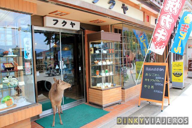 Un ciervo de Miyajima se dispone a hacer la compra