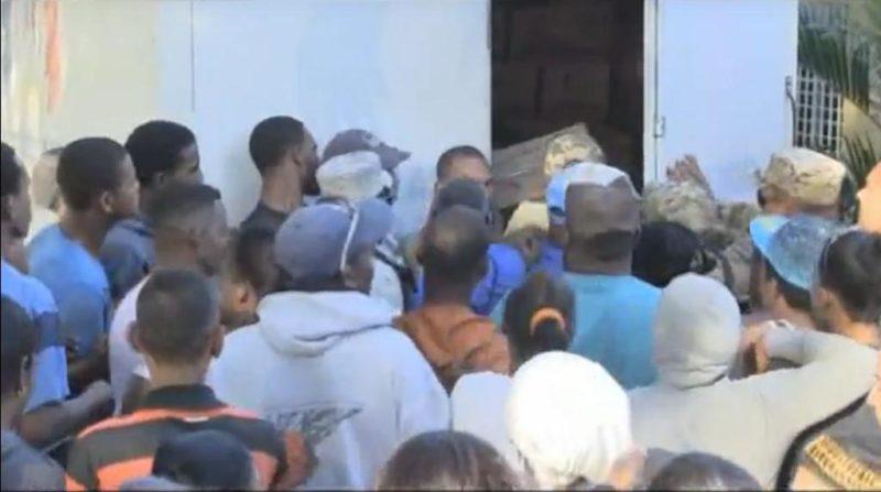 Resultado de imagen para imagen de apoyo desorden entrega de cajas navideñas san juan de la maguana