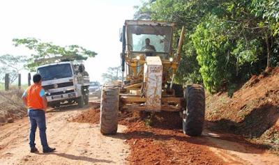 Trator reformando estradas