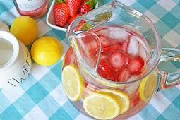 Pink Moscato Strawberry Lemonade Recipe #healthydrink #easyrecipe