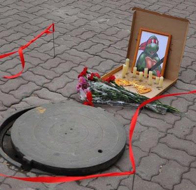 Gehweg - Lustiges Bild über Tod - Gullideckel Grab für Ninja Turtle