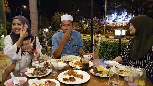 Emak dan ayah mertua dah selesai menikmati Buffet Ramadhan di Restoran Simpang Tiga Ipoh