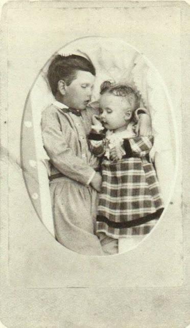 foto bersama mayat seorang anak kecil