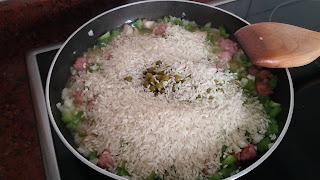 Añadir el arroz a la sartén