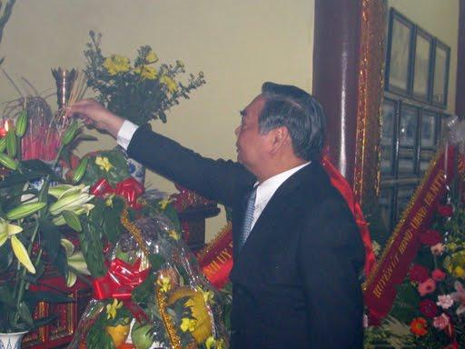 Đồng chí Lê Hồng Anh dâng hương tại Nhà lưu niệm đồng chí Lê Văn Lương
