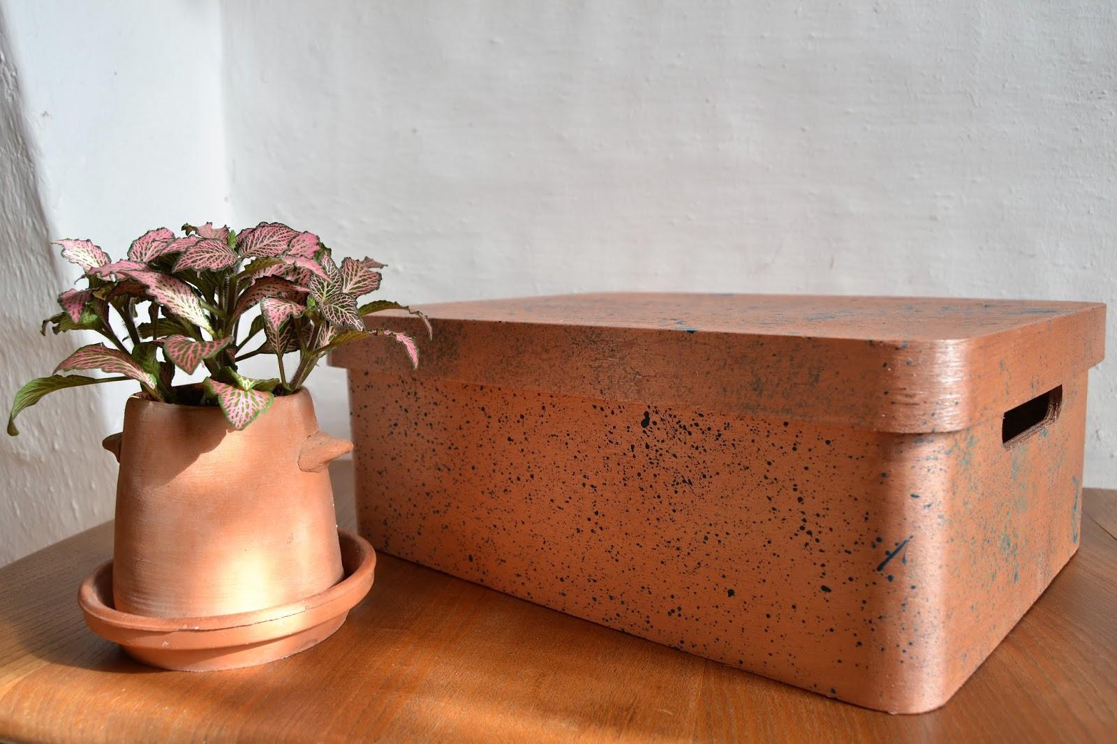 Diy cajas de madera pintadas con la técnica de splatter, gracias a Fleur Paint muestro como se hace una tendencia decorativa dinámica y espontanea como es el splatter