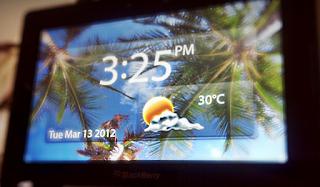El BlackBerry PlayBook se ha convertido en una herramienta de mucha utilidad en mi vida diaria y justo cuando pensé que no podía descubrir algo nuevo, me topo con la maravillosa aplicación Bed-Buzz en el BlackBerry App World. Se trata de un aplicativo que convierte tu PlayBook en un Stand con información de la Hora, el Clima, la Fecha y de paso incluye un despertador y funciones de programación para varias alarmas. Como pueden apreciar en la imagen, el PlayBook se puede convertir en un elegante accesorio para las mesas de noche. Bed-Buzz es una de esas aplicaciones gratis que