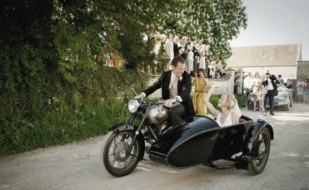 Sidecar como alternativa al coche de novios - Foto: www.confetti.co.uk