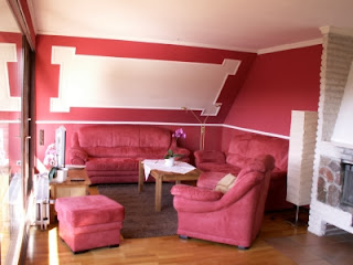 sala con paredes color rosa