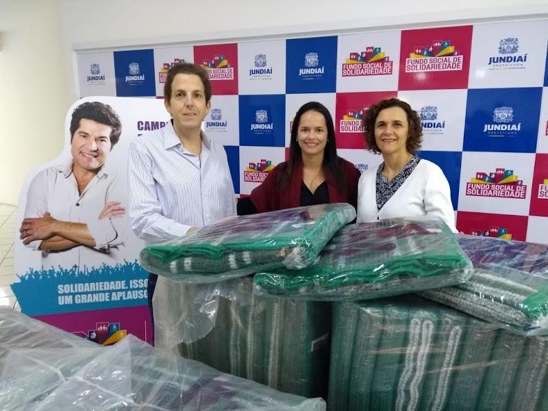 Maxi Shopping Jundiaí entregou 100 cobertores ao Fundo Social