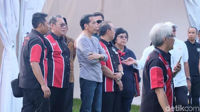 Selain Jokowi, ada Menteri Lingkungan Hidup dan Kehutanan Siti Nurbaya Bakar. Tak ada yang mengenakan setelah jas.