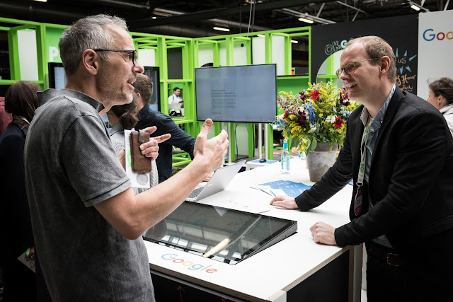 2 Männer im Gespräch am Google Stand