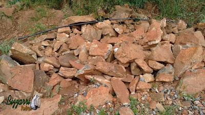 Pedra moledo, nesse tom avermelhado, para construção de castelo de pedra.