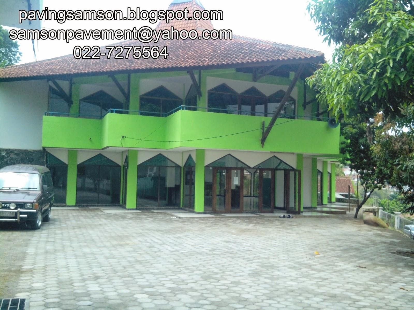 Pemasangan paving block di Masjid Ligar Raya Bandung