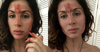 26χρονη απλώνει το αίμα περιόδου στο πρόσωπό της για τον εξής λόγο