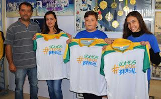 Secretário de Esportes Luiz Otávio Oliveira com os Anfitriões da Chama Olímpica Ana Clara, Paulo Victor e Paloma