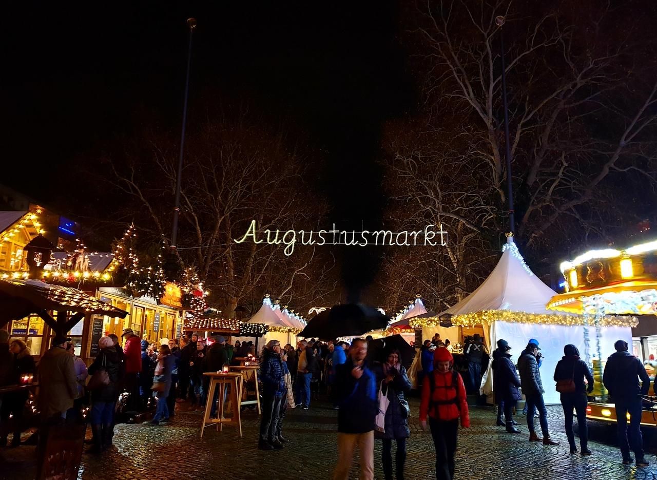 Światła jarmarku bożonarodzeniowego w Dreźnie