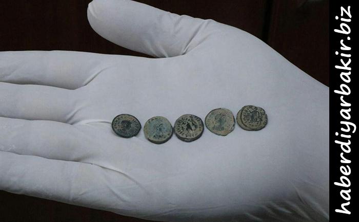 DİYARBAKIR- Ergani'de Roma dönemine ait sikkeleri satmaya çalışan kişinin üzerinde ve ikametinde yapılan aramada 180 adet bronz sikkenin ele geçirildiği, olayla ilgili bir şüphelinin gözaltına alındığı belirtildi.