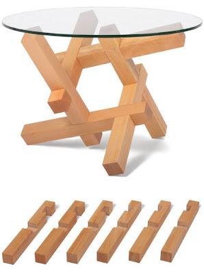 Mesa ratona de vidrio con estructura de madera