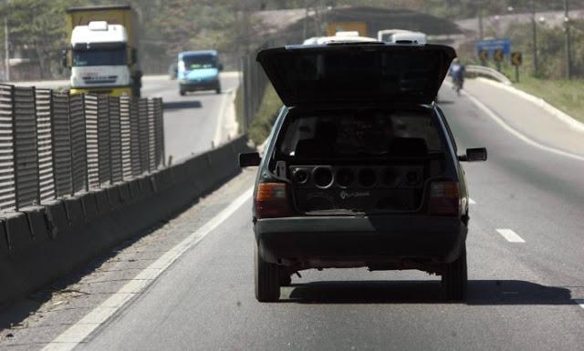 Motoristas que deixarem som em volume alto poderão ser multados em R$ 127,69