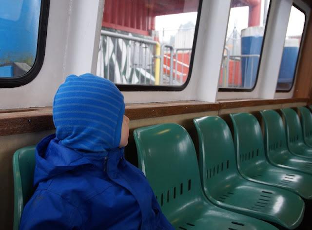 Einfach mal Fähre fahren: Mit dem Adler I von Kiel-Wik nach Holtenau und zurück. Im Fahrgastraum der Fähre kann man mit Kindern gut sitzen und den Blick genießen.