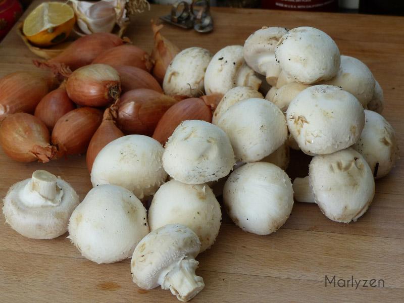Préparez les champignons et les échalotes.