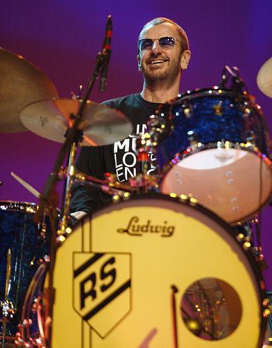 Foto de Ringo Starr posando con su bateria