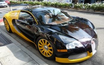 Wallpaper: Bugatti Veyron Admired on Street