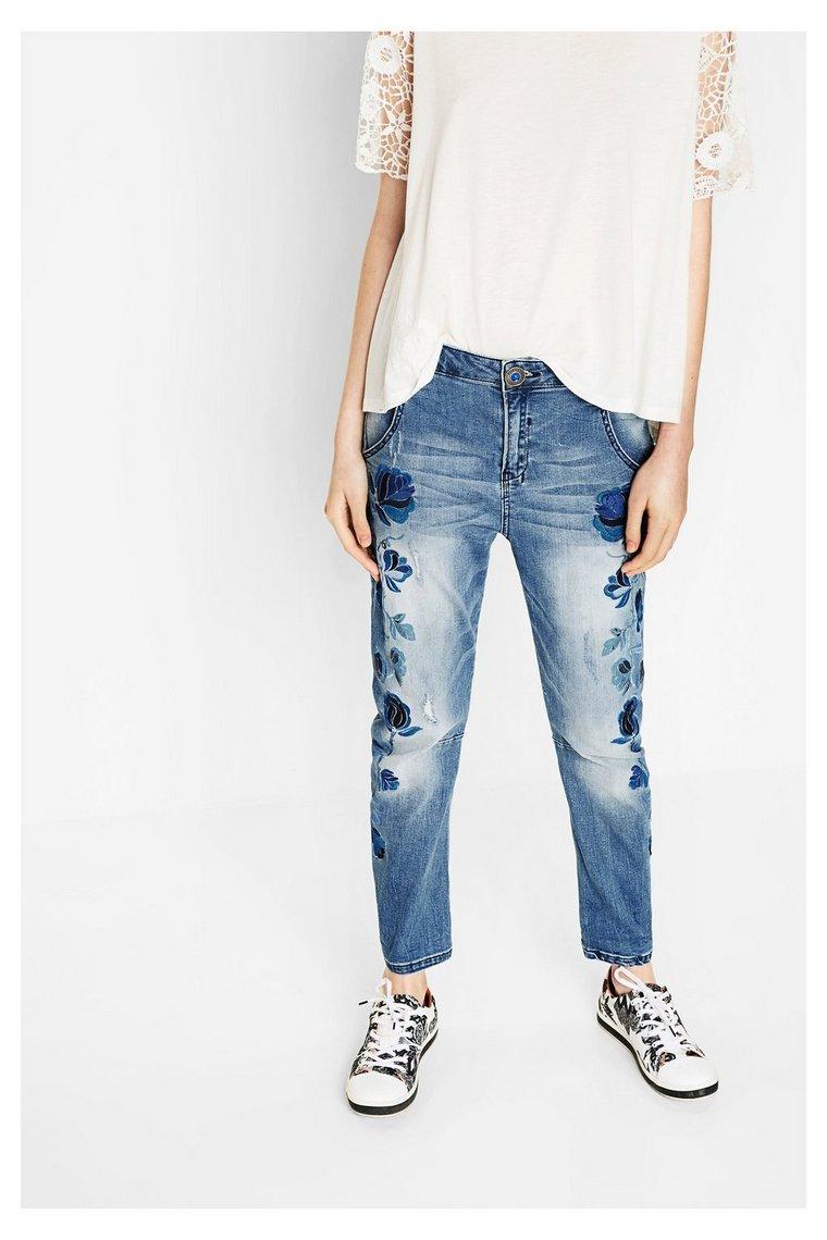 haftowane jeansy Desigual, moda hiszpańska, trendy 2017, hafty, kwiaty, nowa kolekcja 2017